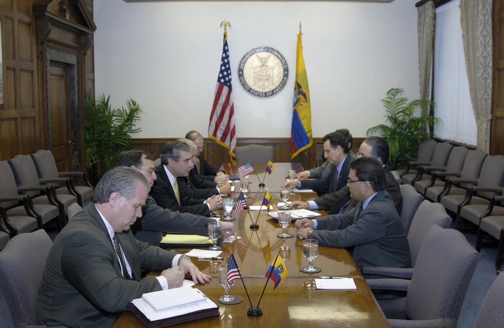 [Assignment: OS_2006_1201_51] Office of the Secretary (Carlos Gutierrez) - Secretary with Ecuador Minister Jorge Illingworth [40_CFD_OS_2006_1201_51__DSC2985.JPG]