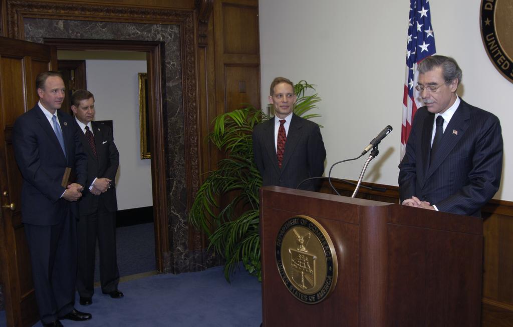 [Assignment: OS_2006_1201_88] Office of the Secretary (Carlos Gutierrez) - Redfield Award Ceremony [40_CFD_OS_2006_1201_88__DSC4244.JPG]