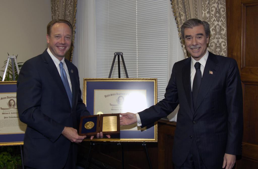 [Assignment: OS_2006_1201_88] Office of the Secretary (Carlos Gutierrez) - Redfield Award Ceremony [40_CFD_OS_2006_1201_88__DSC4242.JPG]