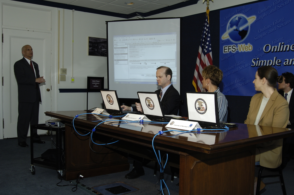 [Assignment: OS_2006_1201_121] Office of the Secretary (Carlos Gutierrez) - Press Conference: United States Patent to Electronic Patent Filing [40_CFD_OS_2006_1201_121__DSC0059.JPG]