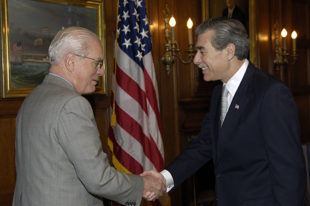 [Assignment: OS_2006_1201_124] Office of the Secretary (Carlos Gutierrez) - Meeting with Corning Chairman, James R. Houghton [40_CFD_OS_2006_1201_124__DSC5603.JPG]