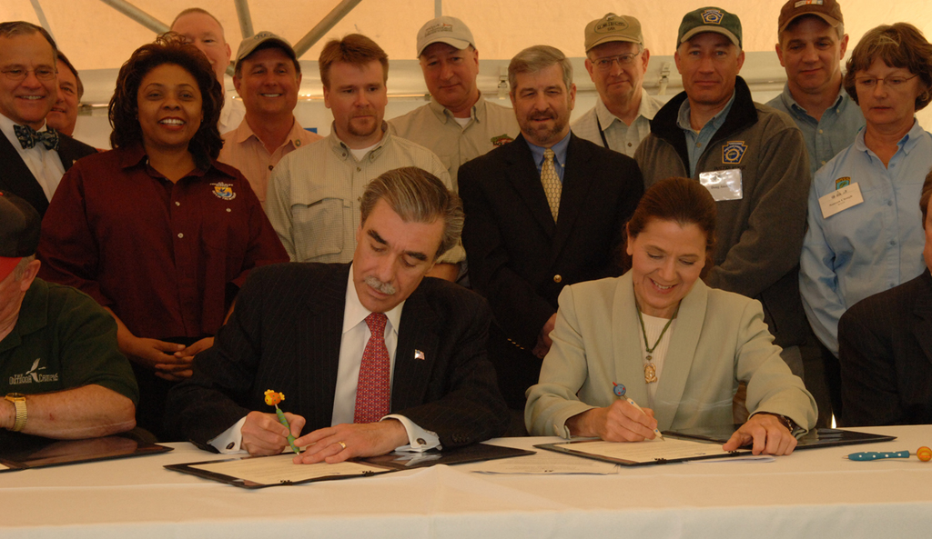 [Assignment: 48-DPA-N_Scarl_Hab_Act] National Fish Habitat Action Plan signing event, with Acting Interior Secretary P. Lynn Scarlett [joining Commerce Secretary Carlos Gutierrez, Association of Fish and Wildlife Agencies (AFWA) President John Cooper, and AFWA Executive Vice President John Baughman in the commitment to measures aimed at promoting public-private fish habitat partnerships across the country, and  protection of all healthy and intact habitats by 2015, among other goals]  [48-DPA-N_Scarl_Hab_Act_3558.jpg]