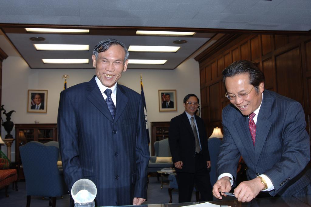 [Assignment: OS_2006_1201_164] Office of the Secretary (Carlos Gutierrez) - Vietnamese Minister of Trade, Truong Dinh Tuyen [40_CFD_OS_2006_1201_164_DSC_3976.JPG]