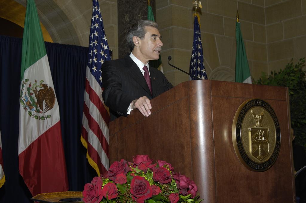 [Assignment: OS_2006_1201_189] Office of the Secretary (Carlos Gutierrez) - Partnership for Prosperity Good Partner Award [40_CFD_OS_2006_1201_189__DSC0008.JPG]
