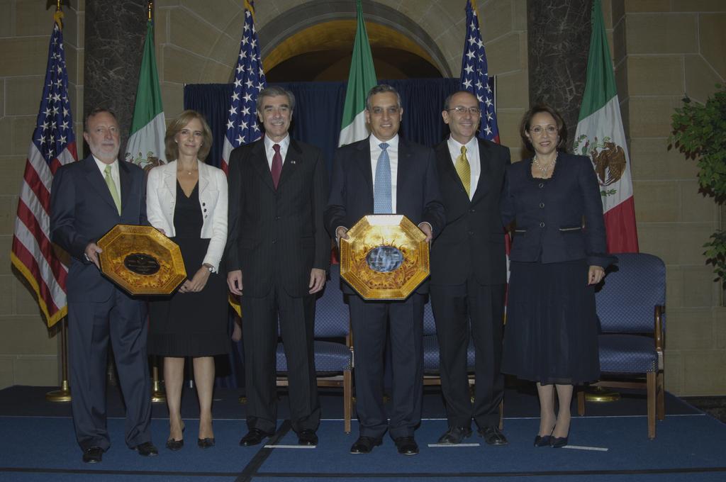 [Assignment: OS_2006_1201_189] Office of the Secretary (Carlos Gutierrez) - Partnership for Prosperity Good Partner Award [40_CFD_OS_2006_1201_189__DSC0080.JPG]