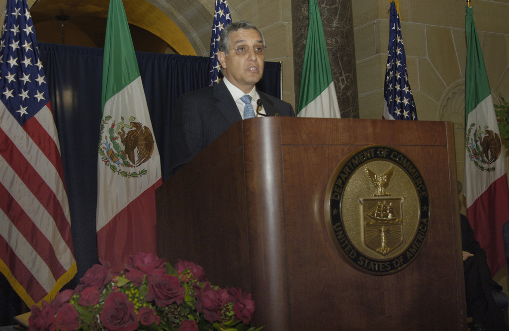 [Assignment: OS_2006_1201_189] Office of the Secretary (Carlos Gutierrez) - Partnership for Prosperity Good Partner Award [40_CFD_OS_2006_1201_189__DSC0036.JPG]