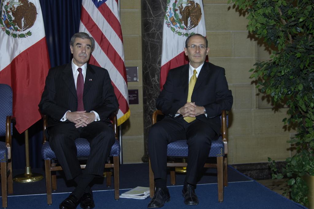 [Assignment: OS_2006_1201_189] Office of the Secretary (Carlos Gutierrez) - Partnership for Prosperity Good Partner Award [40_CFD_OS_2006_1201_189__DSC0004.JPG]