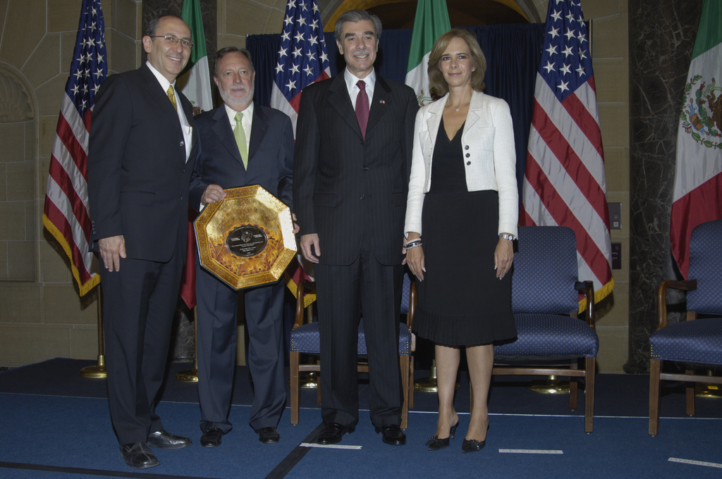 [Assignment: OS_2006_1201_189] Office of the Secretary (Carlos Gutierrez) - Partnership for Prosperity Good Partner Award [40_CFD_OS_2006_1201_189__DSC0087.JPG]