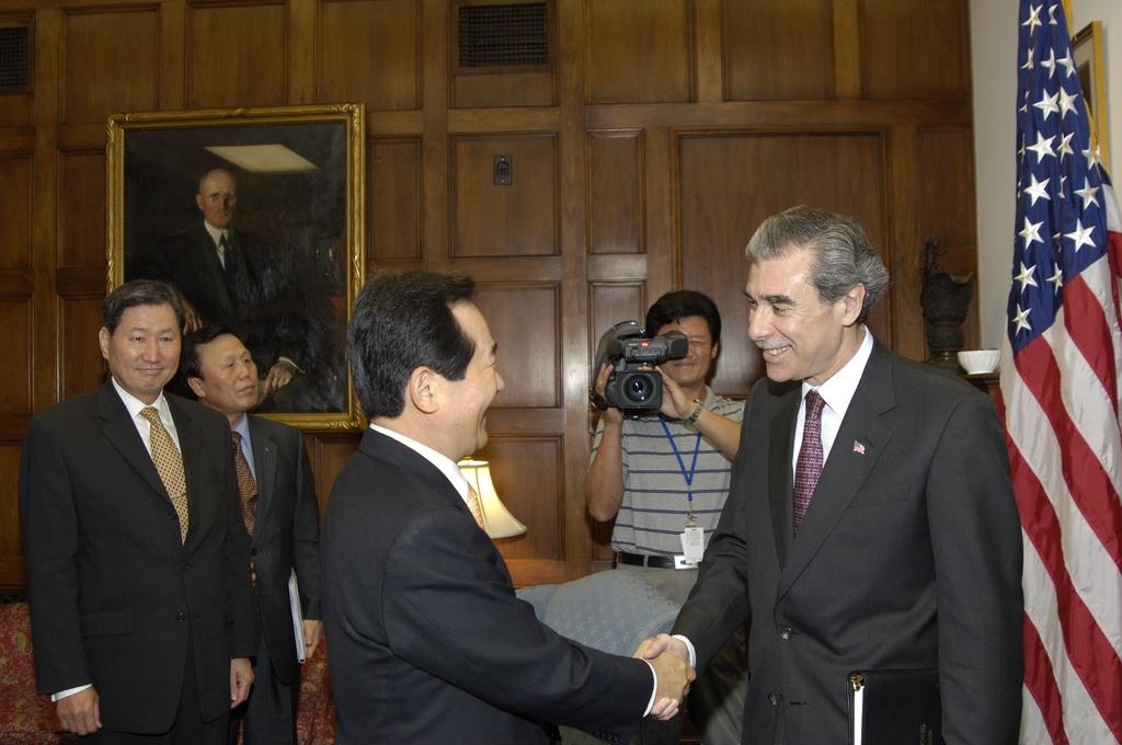 [Assignment: OS_2006_1201_199] Office of the Secretary (Carlos Gutierrez) - Secretary Gutierrez with Korean Minister Dr. Chung Sye Kyun [40_CFD_OS_2006_1201_199__DSC8920.JPG]
