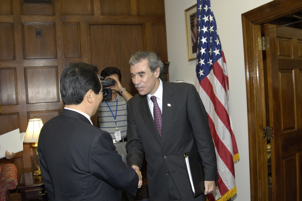 [Assignment: OS_2006_1201_199] Office of the Secretary (Carlos Gutierrez) - Secretary Gutierrez with Korean Minister Dr. Chung Sye Kyun [40_CFD_OS_2006_1201_199__DSC8918.JPG]