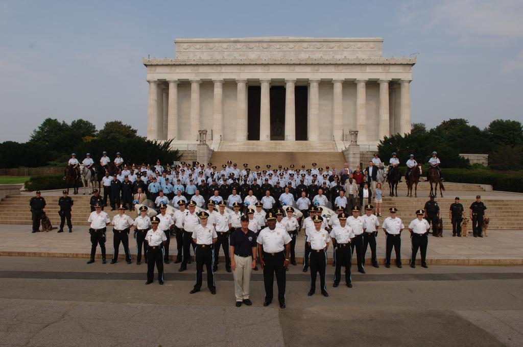 [Assignment: 48-DPA-K_July_Celeb_USPP_7-4-06] Secretary Dirk Kempthorne with U.S. Park Police for July 4th [group shot at Lincoln Memorial, Washington, D.C.] [48-DPA-K_July_Celeb_USPP_7-4-06_DSC_0007.JPG]