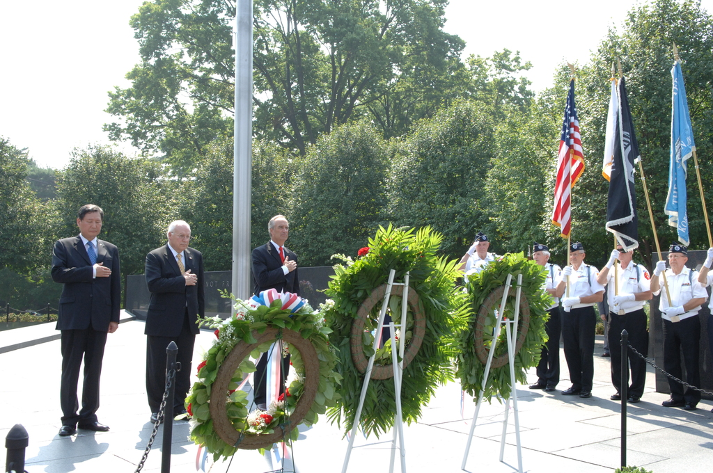 [Assignment: 48-DPA-SOI_K_Korean_7-27-06] 2006 Korean War Veterans Armistice Day Ceremony [at the Korean War Veterans Memorial, Washington, D.C.], with Secretary Dirk Kempthorne [joining Vice President Dick Cheney and South Koreaa's Ambassador to the U.S., Lee Tae-Sik, among the dignitaries participating] [48-DPA-SOI_K_Korean_7-27-06_IOD_2642.JPG]