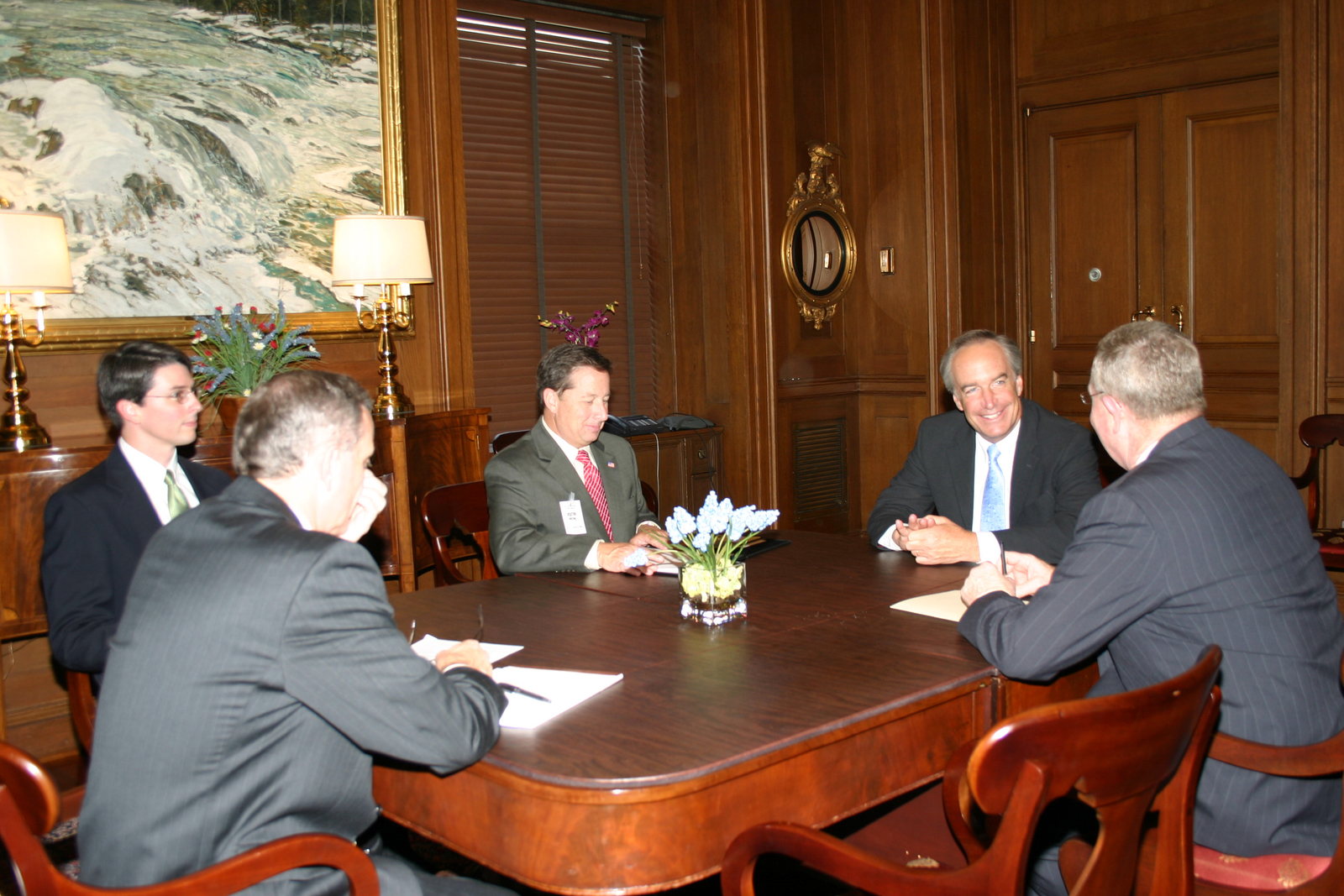 [Assignment: 48-DPA-8-3-06_SOI_K_Cavaney] Secretary Dirk Kempthorne [and aides meeting at Main Interior] with Red Cavaney, [President and Chief Executive Officer of the Americacn Petroleum Institute, and associates] [48-DPA-8-3-06_SOI_K_Cavaney_IMG_7108.JPG]