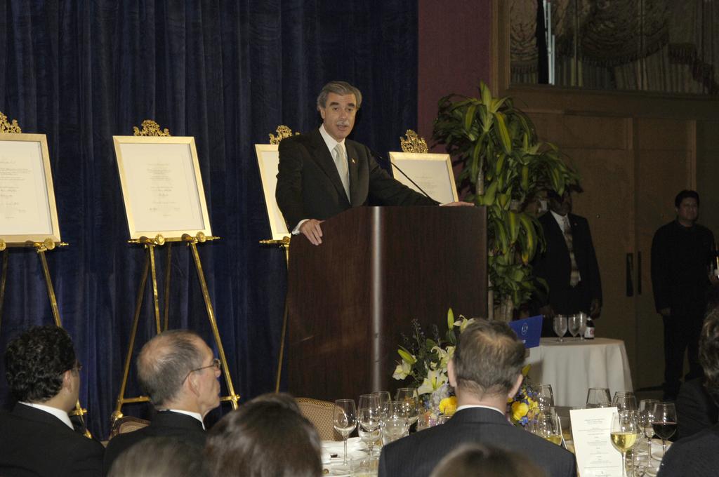 [Assignment: OS_2006_1201_249] Office of the Secretary (Carlos Gutierrez) - Secretary Gutierrez Remarks Hispanic Scholarship Fund [40_CFD_OS_2006_1201_249__DSC0030.JPG]
