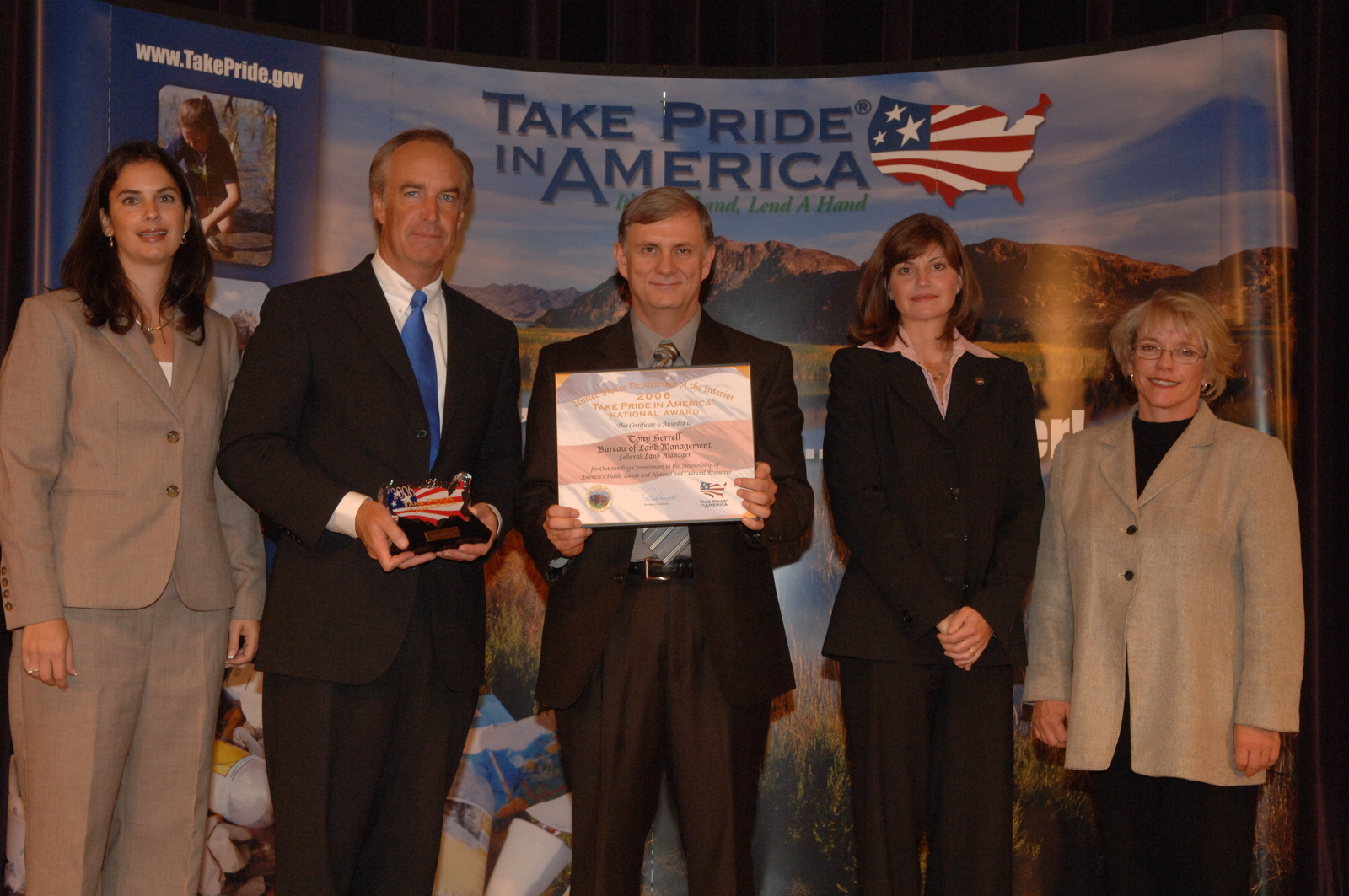 [Assignment: 48-DPA-K_TPIA_9-14-06] 2006 Take Pride in America National Awards event at Main Interior, [with Secretary Dirk Kempthorne among the senior officials on hand] [48-DPA-K_TPIA_9-14-06_DOI_5155.JPG]