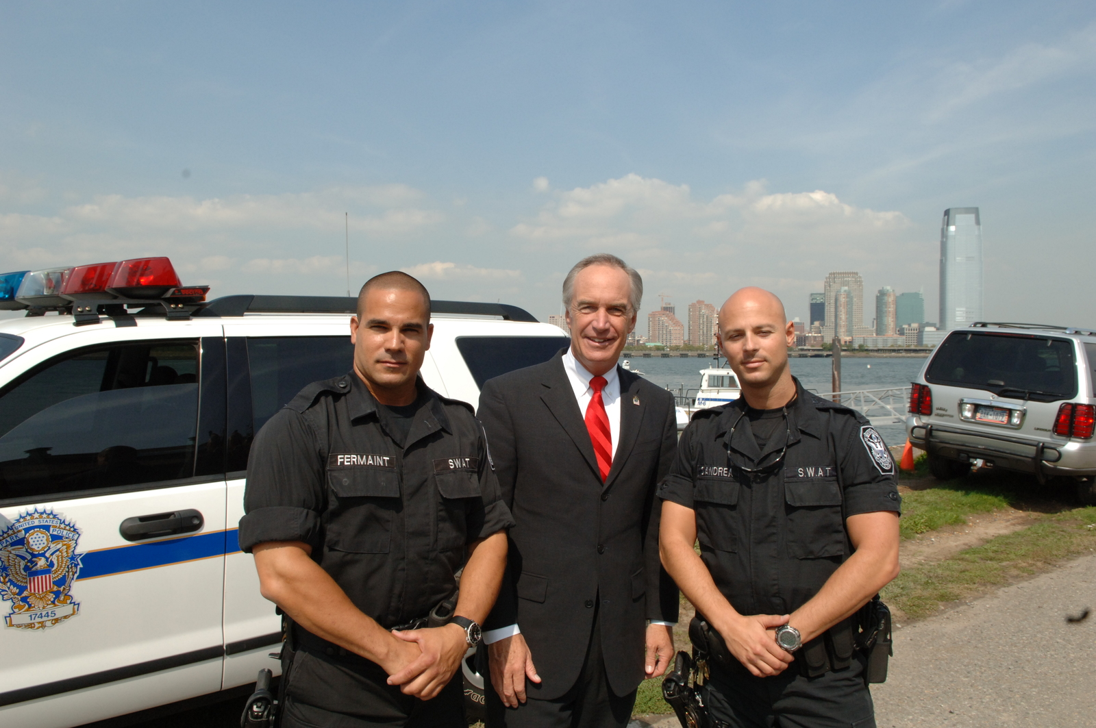 [Assignment: 48-DPA-SOI_K_Ellis_9-18-06] Visit of Secretary Dirk Kempthorne to Ellis Island, New York City, New York, [where he addressed newly naturalized U.S. citizens during] Citizenship Day ceremonies, [met with National Park Service (NPS) and U.S. Park Police personnel, and joined U.S. Citizenship and Immigration Services (USCIS) Director Emilio Gonzalez for announcement of joint USCIS-NPS program to welcome new citizens at National Park sites] [48-DPA-SOI_K_Ellis_9-18-06_IOD_5928.JPG]