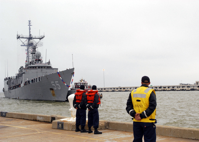 U.S. Navy (USN) Line handlers standby as the USN Oliver Hazard Perry Class Guided Missile Frigate USS ELROD (FFG 55) arrives at its homeport at Naval Station Norfolk, Va., on Nov. 13, 2006. The ELROD is returning from supporting Commander 6th Fleet operations, Joint Task Force Lebanon and Maritime Security Operations. (U.S. Navy photo by Mass Communication SPECIALIST 2nd Class Lolita Lewis) (Released)