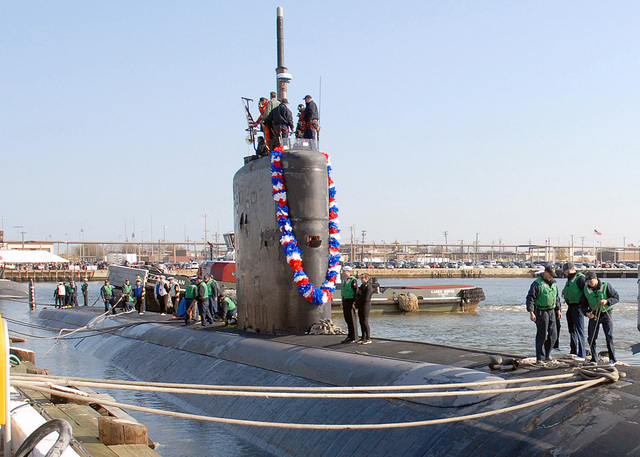 NORFOLK, Va. (Nov. 20, 2006)  Sailors aboard the Los Angeles-class nuclear-powered fast-attack submarine USS ALBANY (SSN 753) moor the submarine to the dock as they return home from a six-month deployment. ALBANY participated in the first mission in the Gulf of Guinea and directly supported counter-narco-terrorism operations in the Caribbean. U.S. Navy photo by Mass Communication SPECIALIST SEAMAN Kelvin Edwards (Released)