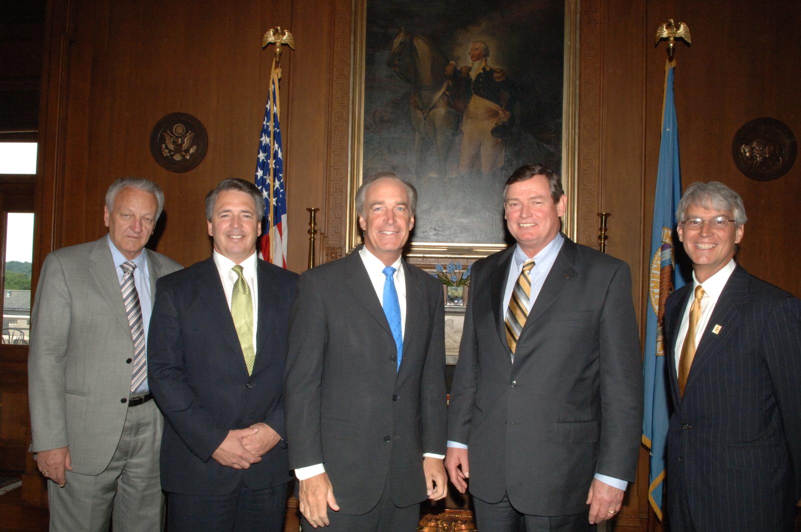 [Assignment: 48-DPA-06-22-07_SOI_K_White] Secretary Dirk Kempthorne [and aides meeting at Main Interior] with Timothy White, President of the University of Idaho [48-DPA-06-22-07_SOI_K_White_DOI_4577.JPG]