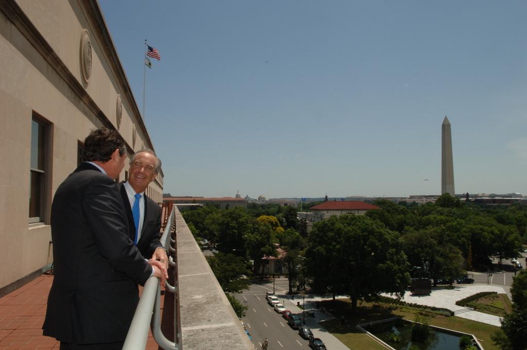 [Assignment: 48-DPA-06-22-07_SOI_K_White] Secretary Dirk Kempthorne [and aides meeting at Main Interior] with Timothy White, President of the University of Idaho [48-DPA-06-22-07_SOI_K_White_DOI_4583.JPG]