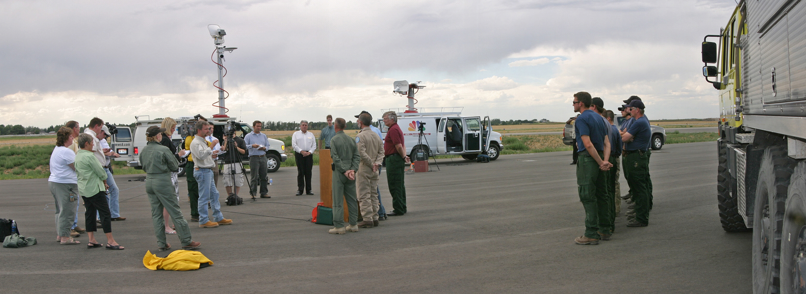 [Assignment: 48-DPA-08-07_SOI_K_ID_Falls_Briefing] Visit of Secretary Dirk Kempthorne to Idaho Falls, Idaho, [where he joined National Interagency Fire Center and Bureau of Land Management personnel at a] media briefing [on summer's wildfire control efforts] [48-DPA-08-07_SOI_K_ID_Falls_Briefing_IdahoFallsMediaBriefing2.jpg]