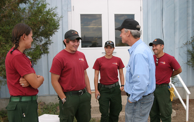 [Assignment: 48-DPA-08-07_SOI_K_ID_Murphy] Visit of Secretary Dirk Kempthorne to southwestern Idaho, [where he took an aerial tour of lands affected by the summer's] Murphy Complex Fire, [and met with Bureau of Land Management fire control staff,  state legislators and local officials from Owyhee and Twin Falls Counties] [48-DPA-08-07_SOI_K_ID_Murphy_Engine2428Crew.jpg]