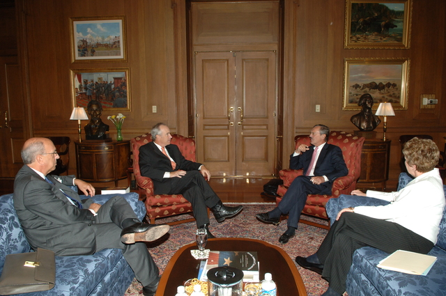[Assignment: 48-DPA-09-10-07_SOI_K_Briganti] Secretary Dirk Kempthorne [meeting at Main Interior] with officials from The Statue of Liberty-Ellis Island Foundation, Inc.--[President and Chief Executive Officer] Stephen Briganti, and [Chairman of the Board of Directors] Paul Weaver--[along with National Park Service Director Mary Bomar] [48-DPA-09-10-07_SOI_K_Briganti_IOD_2874.JPG]