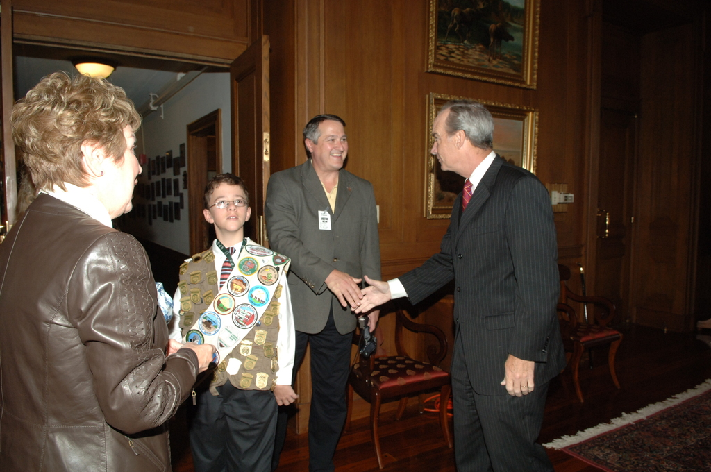 [Assignment: 48-DPA-11-01-07_SOI_K_NPS_Jr_Ranger] Secretary Dirk Kempthorne [receiving visit at Main Interior from] National Park Service Junior Ranger Program participant, [who displayed his numerous Junior Ranger badges and patches for the Secretary and National Park Service Director Mary Bomar] [48-DPA-11-01-07_SOI_K_NPS_Jr_Ranger_IOD_6203.JPG]