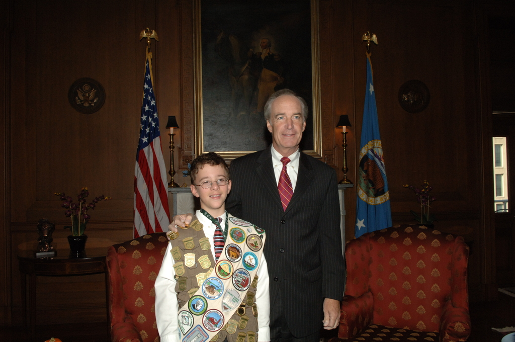 [Assignment: 48-DPA-11-01-07_SOI_K_NPS_Jr_Ranger] Secretary Dirk Kempthorne [receiving visit at Main Interior from] National Park Service Junior Ranger Program participant, [who displayed his numerous Junior Ranger badges and patches for the Secretary and National Park Service Director Mary Bomar] [48-DPA-11-01-07_SOI_K_NPS_Jr_Ranger_IOD_6208.JPG]
