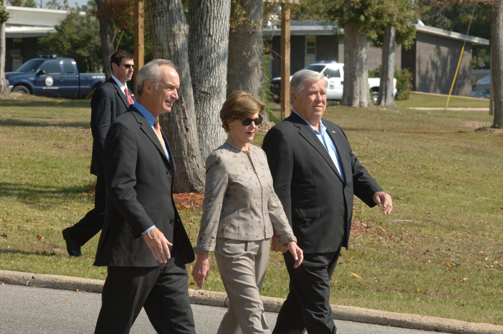[Assignment: 48-DPA-11-02-07_SOI_K__Mrs_Bush_MS] Visit of Secretary Dirk Kempthorne to Ocean Springs, Mississippi, where he joined First Lady Laura Bush, [White House Council on Environmental Quality Chairman James Connaughton, and Mississippi Governor Haley Barbour for tours of the J.L. Scott Marine Education Center-Gulf Coast Research Laboratory, and a ceremony formally designating the center as the 21st Coastal Ecosystem Learning Center in the nation. Secretary Kempthorne and First Lady Bush also used the designation ceremony to announce new Bush Administration actions on marine debris.] [48-DPA-11-02-07_SOI_K_Mrs_Bush_MS_IOD_6627.JPG]