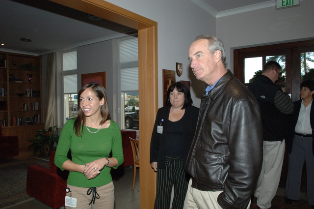[Assignment: 48-DPA-SOI_K_12-07_Germ_Fish] Visit of Secretary Dirk Kempthorne to the Fisher House [facility for families of patients undergoing treatment at the Department of Defense's Landstuhl Regional Medical Center], Landstuhl, Germany [48-DPA-SOI_K_12-07_Germ_Fish_IOD_8714.JPG]