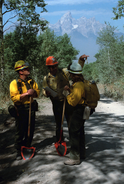 SPEC. Brian Cumper Wyoming....Susan Weber, Wyoming Forest Service, plots the next move with her team members during firefighting efforts in Yellowstone National Park. OFFICIAL U.S. ARMY PHOTO (RELEASED)