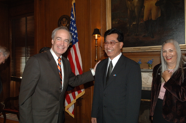 [Assignment: 48-DPA-02-05-08_SOI_K_Mori] Secretary Dirk Kempthorne [meeting at Main Interior] with delegation from the Federated States of Micronesia, led by Micronesia President Emanuel Mori [48-DPA-02-05-08_SOI_K_Mori_DOI_9665.JPG]