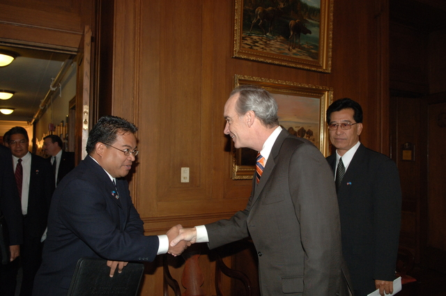 [Assignment: 48-DPA-02-05-08_SOI_K_Mori] Secretary Dirk Kempthorne [meeting at Main Interior] with delegation from the Federated States of Micronesia, led by Micronesia President Emanuel Mori [48-DPA-02-05-08_SOI_K_Mori_DOI_9621.JPG]