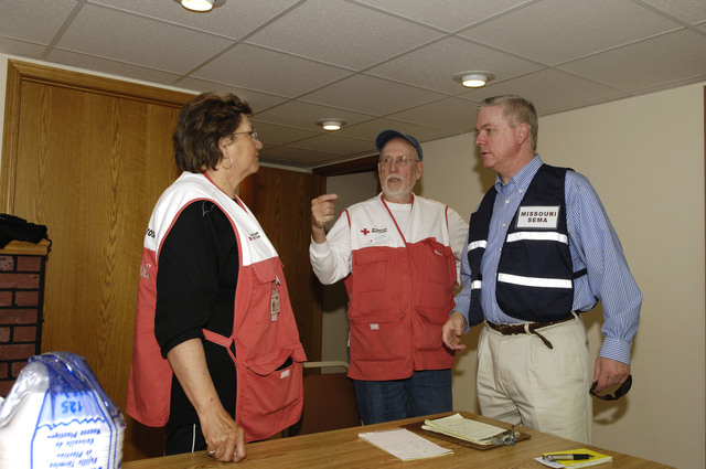 [Severe Storms and Flooding] Piedmont, MO, March 20, 2008 -- Missouri Lieutenant Governor Peter Kinder thanks Red Cross Volunteers at a shelter set up in town.  Jocelyn Augustino/FEMA News Photo