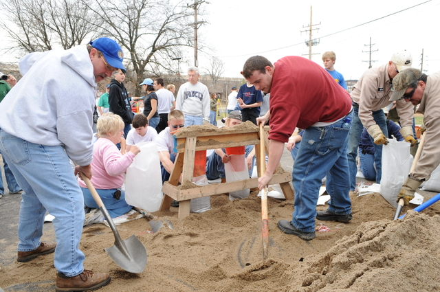 [Severe Storms and Flooding] Fenton, MO, March 21, 2008 -- Local residents and area volunteers band together to fill sand bags and stack them next to businesses and property on to the Meramec River.  Jocelyn Augustino/FEMA