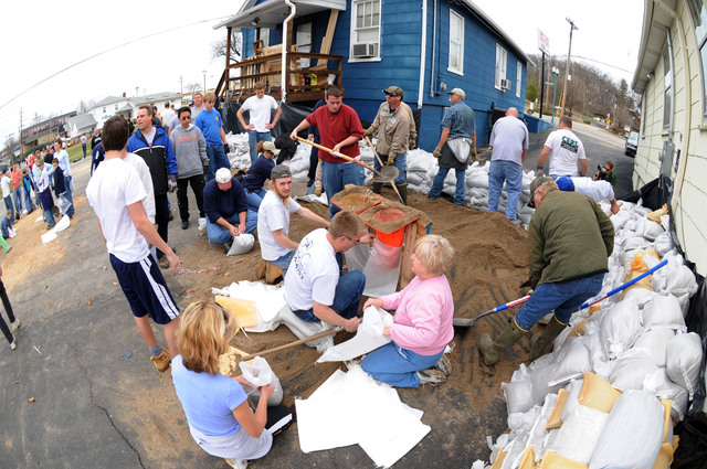 [Severe Storms and Flooding] Fenton, MO, March 21, 2008 -- Local residents and volunteers prepare sandbags and create walls to prevent the potential flood water from flooding local structures.  Jocelyn Augustino/FEMA