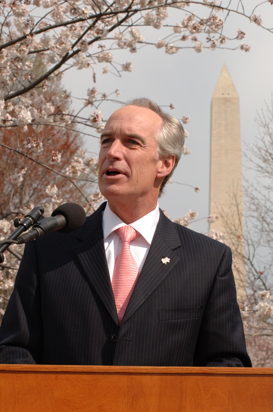 [Assignment: 48-DPA-03-28-08_SOI_K_NPS_Cherry] Visit of Secretary Dirk Kempthorne to Washington, D.C.'s Tidal Basin [and surrounding area, where he joined National Park Service Director Mary Bomar, National Mall and Memorial Parks Superintendent Peggy O'Dell, and National Cherry Blossom Festival, Inc. President Diana Mayhew for a] press conference [announcement of new and enhanced visitor services on the National Mall in time for the] 2008 Cherry Bloossom Festival. [The Secretary also spoke with National Park Service staff, U.S. Park Police personnel, and visitors around the Tidal Basin and National Mall.] [48-DPA-03-28-08_SOI_K_NPS_Cherry_DOI_1717.JPG]