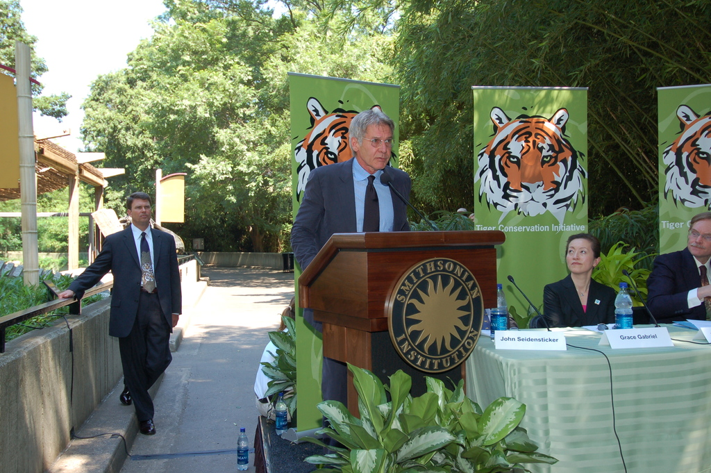 [Assignment: 48-DPA-06-09-08_SOI_K_Zoo_Tiger] Visit of Secretary Dirk Kempthorne to the National Zoo, Washington, D.C., [for touring, press conference launch of the] Tiger Conservation Initiative. The Secretary [joined numerous dignitaries, among them National Zoo Director John Berry, actor and Conservation International board member Harrison Ford,  actor Robert Duvall, World Bank Group President Robert Zoellick, National Zoo Ecology Center Head Conservator John Seidensticker, and International Tiger Coalition spokesperson Grace Ge Gabriel, at the event.] [48-DPA-06-09-08_SOI_K_Zoo_Tiger_DSC_0067.JPG]