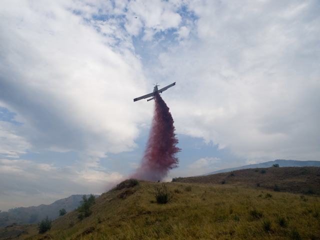 Lakewood, CO, August 4, 2008 -- A single air tanker makes a chemical drop on the Green Mountain wild fire that was started by lighting.  High winds delayed the use of air support untill later in the day. Photo Michael Rieger/FEMA
