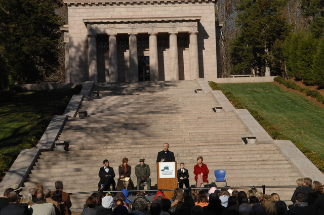 [Assignment: 48-DPA-11-18-08_SOI_K_FLOTUS] Visit of Secretary Dirk Kempthorne to the Abraham Lincoln Birthplace National Historic Site in Hodgenville, Kentucky, where he joined First Lady Laura Bush, [Historic Site Superintendent Keith Pruitt, and Libby O'Connell, Chief Historian of A and E Television's History Channel, for tours, remarks, interactions with National Park Service staff and visitors] [48-DPA-11-18-08_SOI_K_FLOTUS_DOI_3848.JPG]