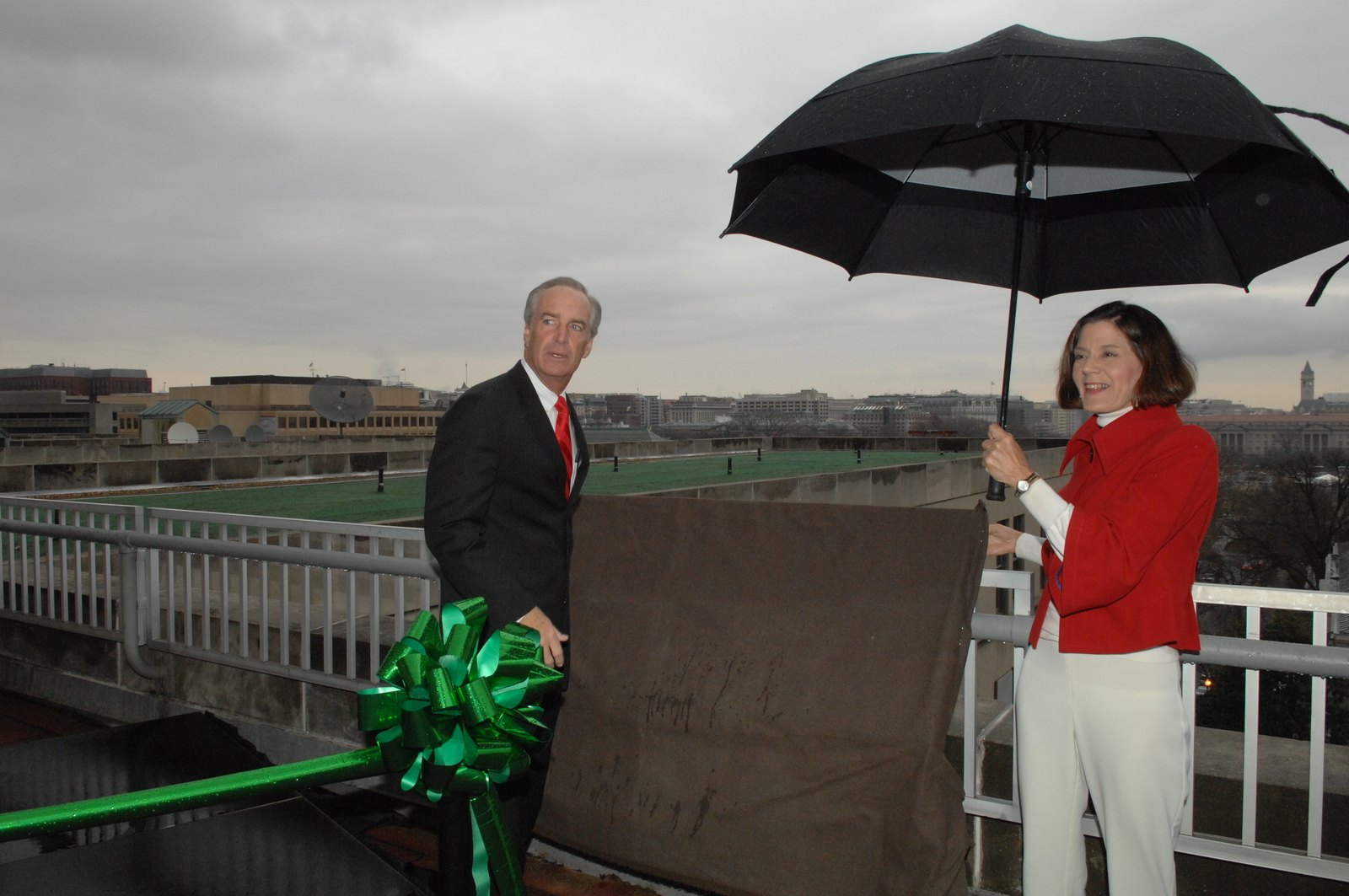 """[Assignment: 48-DPA-12-16-08_SOI_K_Green_Roof] Event marking the success of the Green Roof installation [atop the Main Interior Building (""""Green Roof in Action""""),] with Secretary Dirk Kampthorne, [Deputy Secretary P. Lynn Scarlett, and other senior officials on hand] [48-DPA-12-16-08_SOI_K_Green_Roof_DOI_4515.JPG]"""
