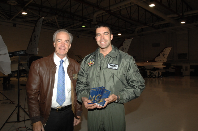 [Assignment: 48-DPA-12-17-08_SOI_K_CRWUA_Thun] Visit of Secretary Dirk Kempthorne to [Nellis Air Force Base, Nevada, where he toured facilities, viewed aircraft,  and met with personnel of the Air Force's Air Demonstration Squadron], the Thunderbirds [48-DPA-12-17-08_SOI_K_CRWUA_Thun_DOI_4688.JPG]