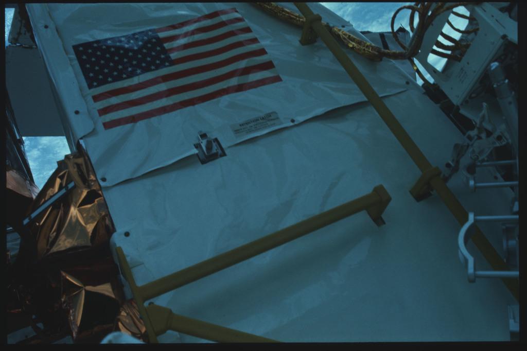 41C-22-910 - STS-41C - EVA to repair the SMM satellite