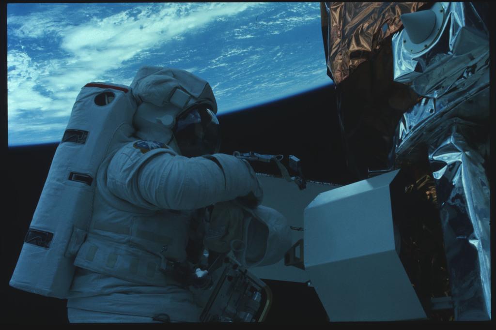 41C-22-917 - STS-41C - EVA to repair the SMM satellite