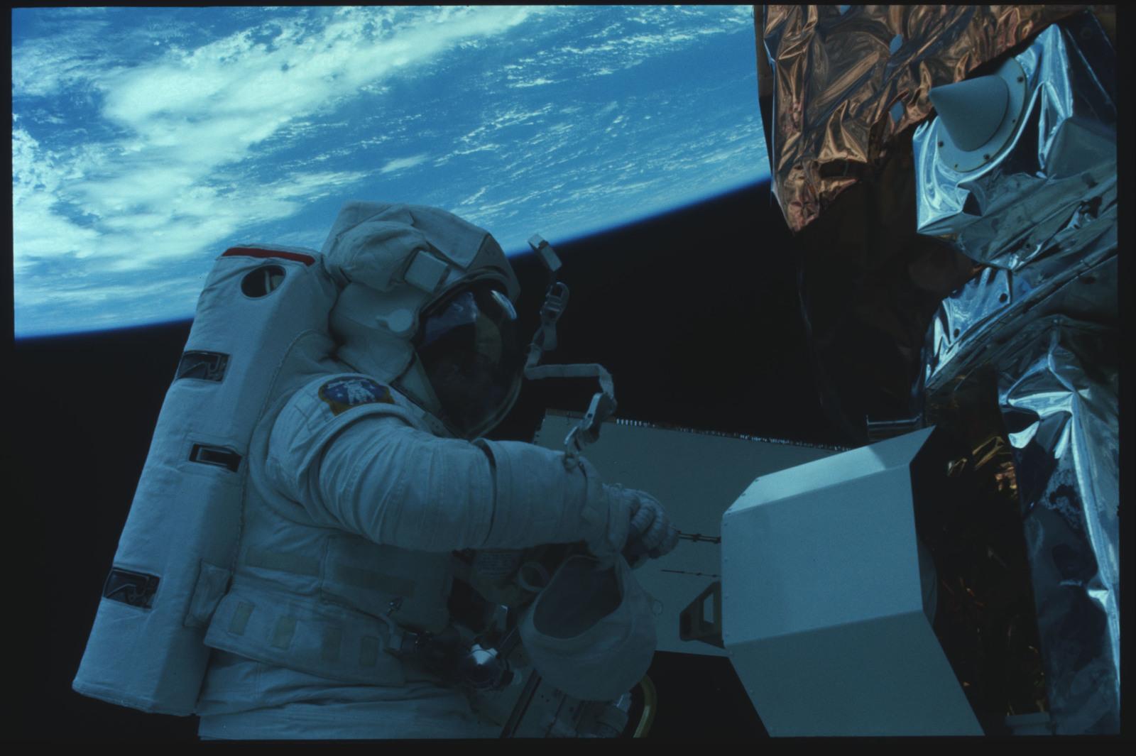 41C-22-918 - STS-41C - EVA to repair the SMM satellite