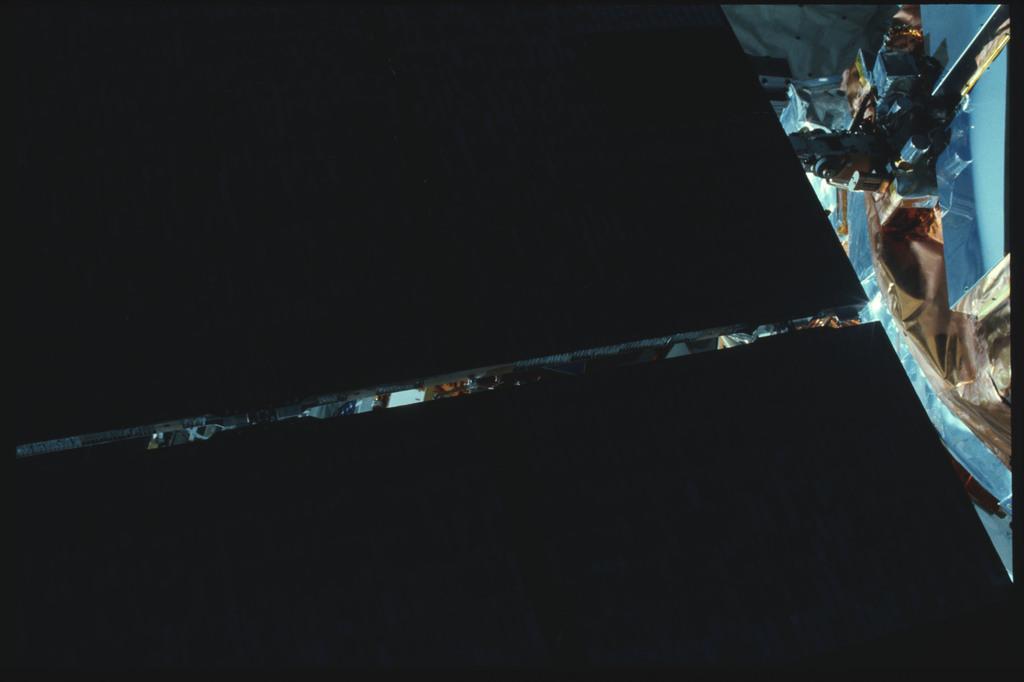 41C-22-929 - STS-41C - EVA to repair the SMM satellite
