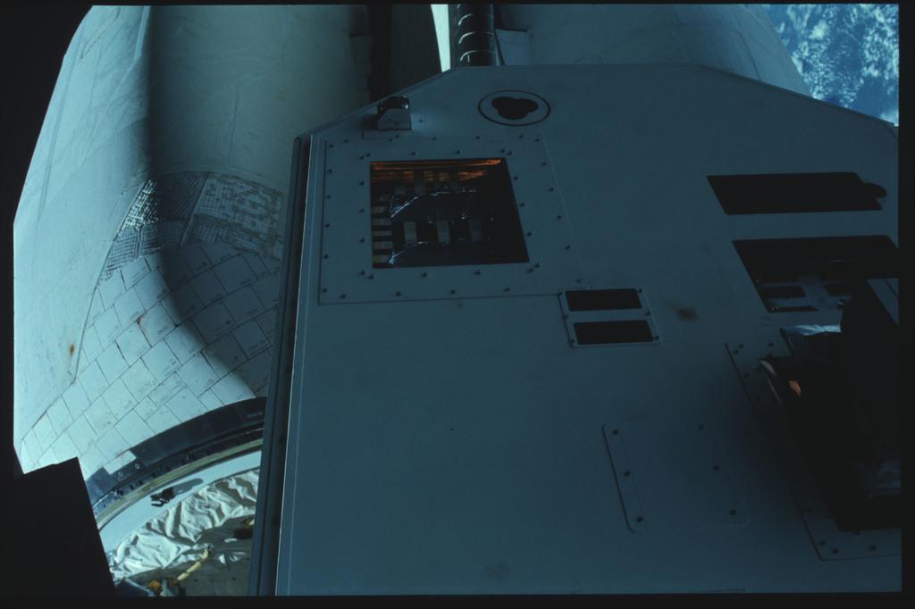41C-22-932 - STS-41C - EVA to repair the SMM satellite