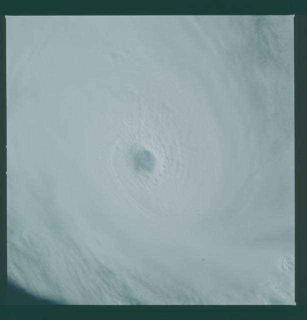 41C-36-1592 - STS-41C - Eye of Hurricane Kamysi