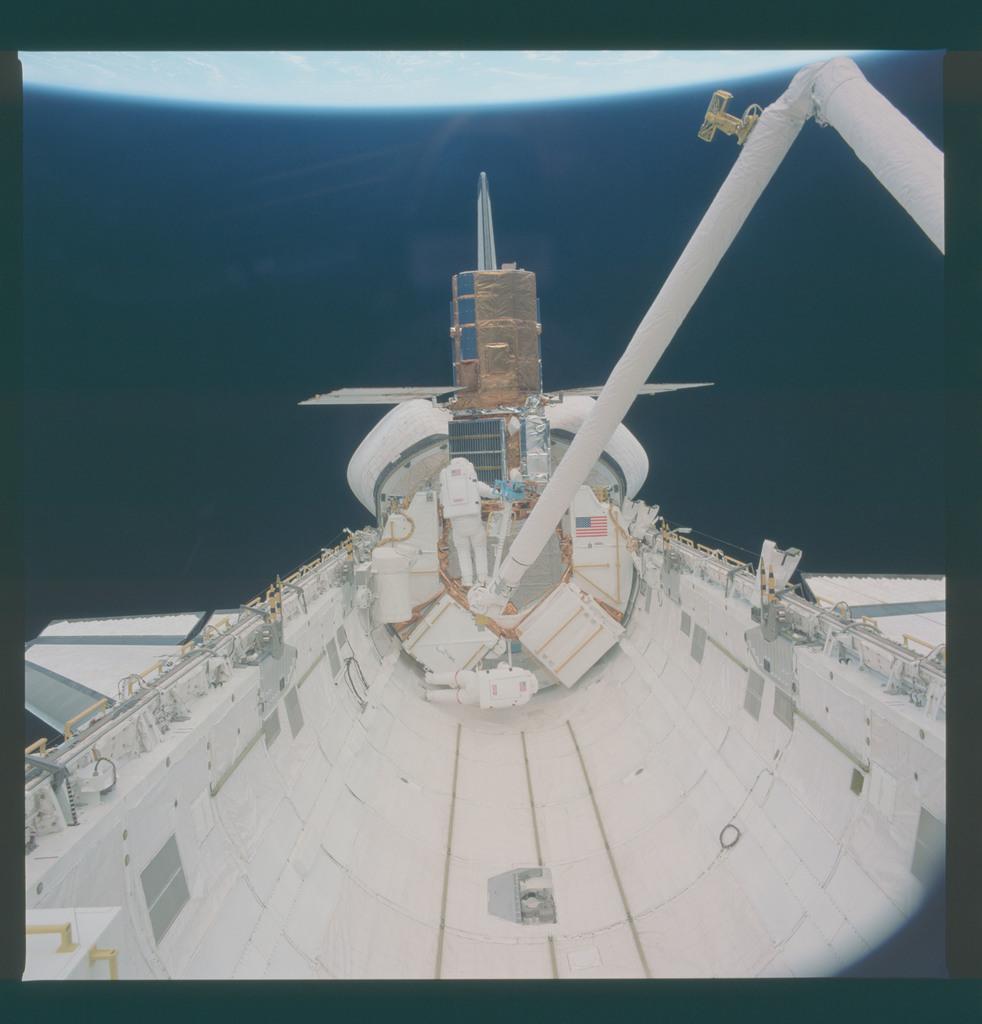41C-37-1700 - STS-41C - EVA to repair the SMM